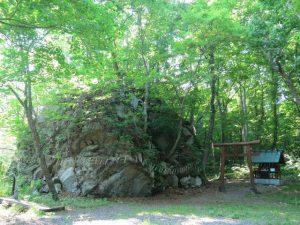 神社の左手奥にある巨大な岩